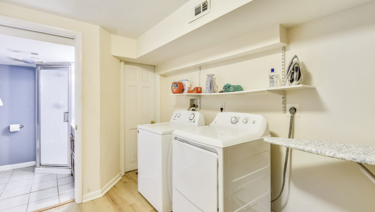 Lower Level-Washer Dryer-_2048409